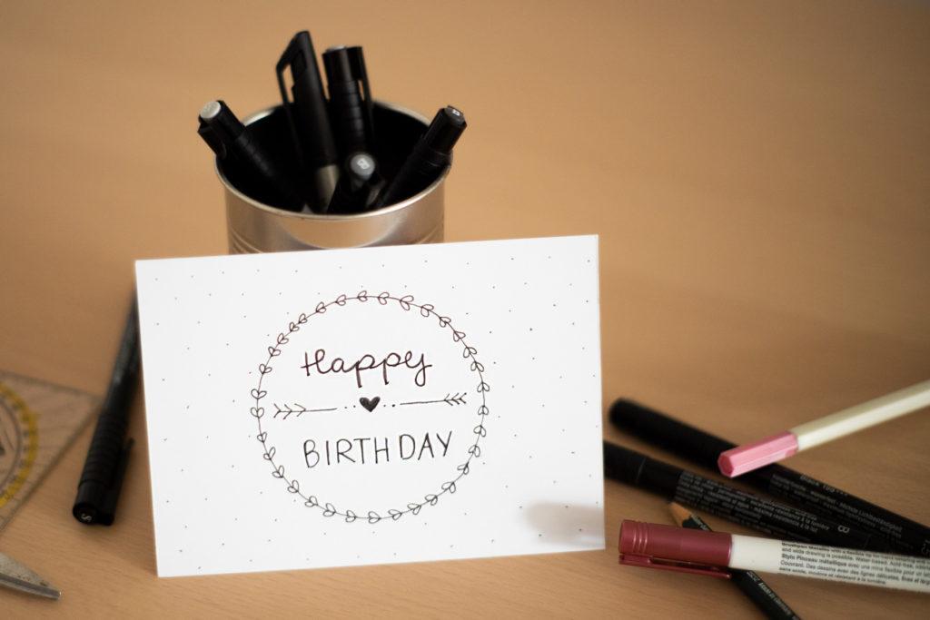 """Selbst gestaltete Grusskarte mit Schriftzug """"Happy Birthday"""""""