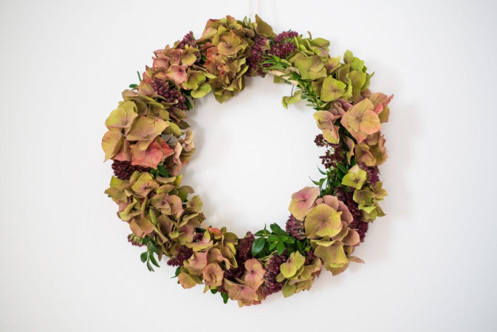 Herbstlicher Blumenkranz mit Hortensien